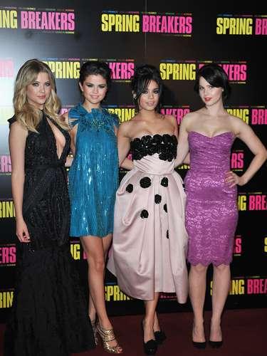 Mientras estaban en París, Selena y Vanessa mostraron unos vestidos muy sensuales.