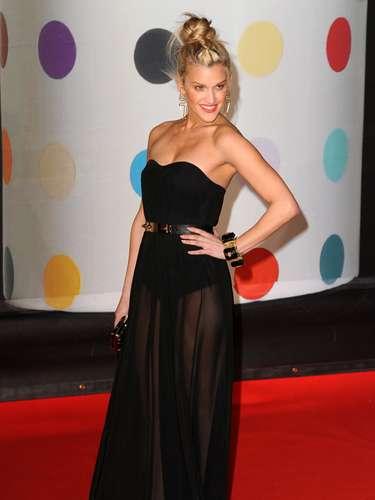 Ashley Roberts se dispuso a atraer las miradas durante su paso por la alfombra roja. Así la exPussycat Dolls saludó a los admiradores.
