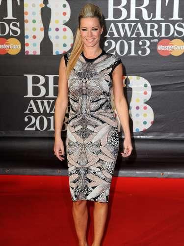 La exhuberante actrizDenise van Outen tambiénimpactó durante su llegada a la premiación.