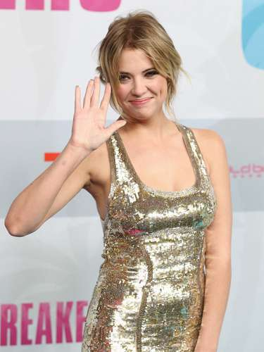 La co-estrella, Ashley Benson del film eligió un vestido un poco más conservador brillante entre plata y oro.