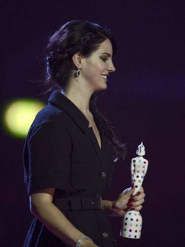 Singer Lana Del Rey reacts as she is presented with the International Female Artist award at the BRIT Awards, celebrating British pop music, at the O2 Arena in London February 20, 2013.  REUTERS/Dylan Martinez (BRITAIN  - Tags: ENTERTAINMENT SOCIETY) FOR EDITORIAL USE ONLY. NOT FOR SALE FOR MARKETING OR ADVERTISING CAMPAIGNS.