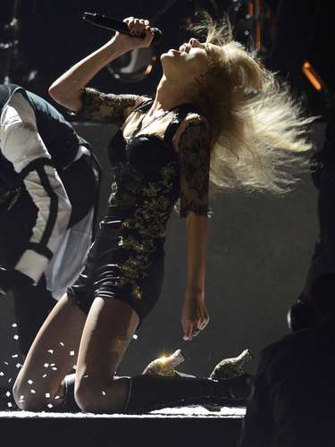 U.S. singer Taylor Swift performs during the BRIT Awards, celebrating British pop music, at the O2 Arena in London February 20, 2013.   REUTERS/Dylan Martinez (BRITAIN  - Tags: ENTERTAINMENT) FOR EDITORIAL USE ONLY. NOT FOR SALE FOR MARKETING OR ADVERTISING CAMPAIGNS.