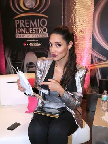La ex Miss Universo Amelia Vega revisa las indicaciones para su participación en el Premio Lo Nuestro.