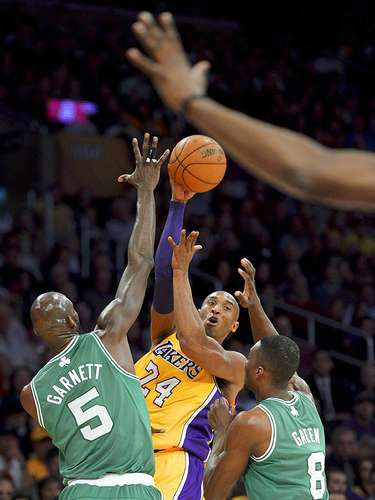 Celtics vs. Lakers:Kobe Bryant (24) pasa el balón ante la marca deKevin Garnett (5) y Jeff Green (8).