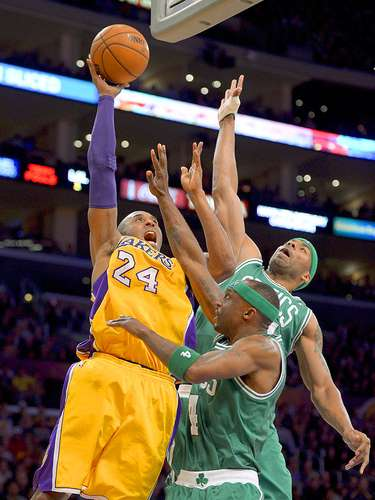 Celtics vs. Lakers: Kobe Bryant (24) lanza un disparo ante la marca de Chris Wilcox y Jason Terry (4).