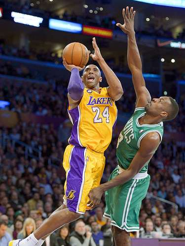 Celtics vs. Lakers: Kobe Bryant (24) lanza un disparo ante la marca de Jeff Green.