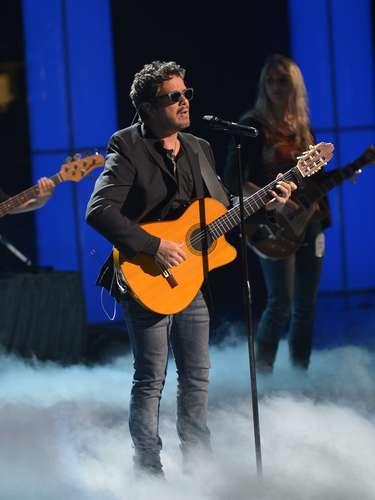 Alejandro Sanz, junto a su inseparable guitarra, da un adelanto de lo que será su presentación.
