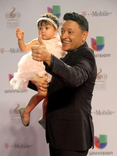 Elvis Crespoes todo un papá orgulloso y así presentóasu hijaGenesis Vittoria.