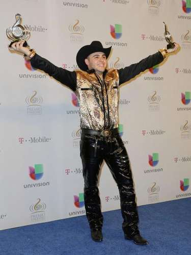 Gerardo Ortiz festejó a lo grande su victoria en Premio Lo Nuestro tanto que hasta la pose de 'I'm the king of the world' imitó.