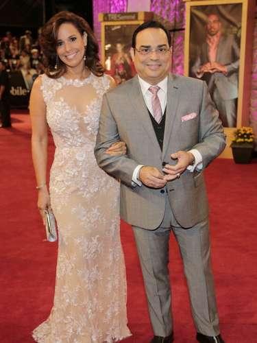 Gilberto SantaRosa llegó acompañado por su esposa Alexandra Malagón.