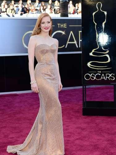 Jessica Chastain optó por un look dorado que jugó con su color de pelo.
