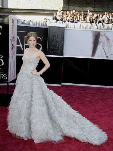Amy Adams, lució un vestido de corte princesa para engalanar su nominación. Ideal para su figura estevestido enstraple color gris perla de Oscar de la Renta, con suaves capas de tul flotando hasta el suelo.