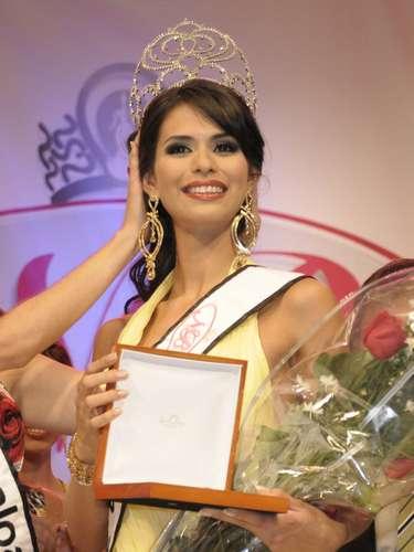 A lo largo y ancho de sus paisajes florecen las hermosas reinas de belleza. El cetro de Miss México ha sido ganado siete veces por mujeres de Sinaloa. Y entre las reinas de belleza y los mafiosos del narcotráfico ha habido una atracción mutua desde que el comercio ilegal de drogas prosperó en el estado. Laura Zuniga(en la foto), Miss Sinaloa 2008, fue arrestada precisamente por vínculos con el narcotráfico.
