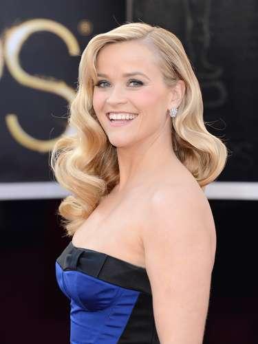 Reese Witherspoonlució el cabello ondeado con un peinado estilo Veronica Lake.