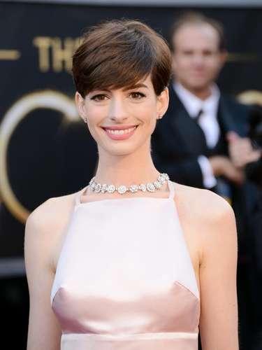 En la entrega 85 de los premios Oscar celebrada el 24 de febrero, Anne Hathaway lució un vestido Prada en la alfombra roja el cual 'conoció' a tan sólo pocas horas antes de la premiación.