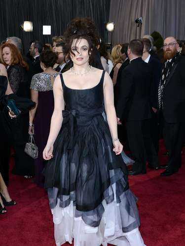 Helena Bonham Carter hizo gala de su estilo gótico en la alfombra roja de los Oscar.
