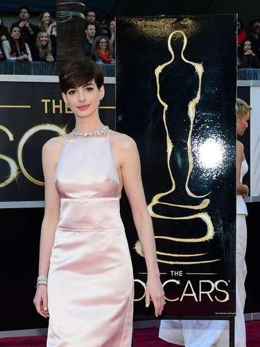 Al preguntarle a Anne por su vestido, la actriz dijo: Mi madre dice que mi vestido dice dos cosas: 'Negocios por delante.....