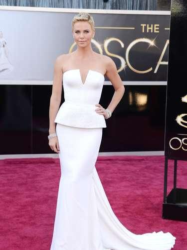 La llegada de Charlize Theron fue realmente impactante debido a su lindo vestido blanco de escote profundo.