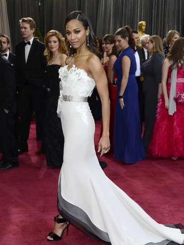 Zoe Saldana ratificó su belleza en los Oscar 2013 con este traje que iba de blanco a negro de Alexis Mabille Couture.