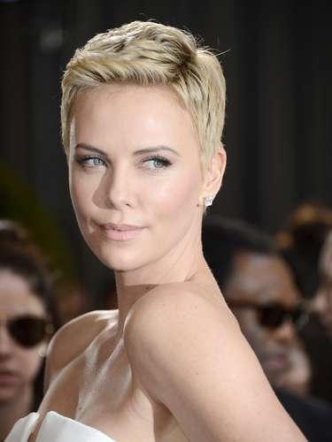 Charilze Theron lució bellísima con su look de pelo corto.