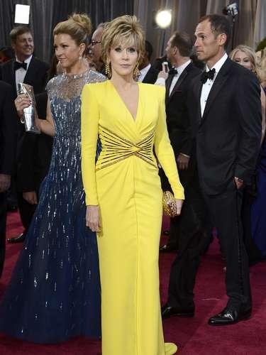 Jane Fonda literalmente brilló con su vestido amarillo de manga larga.