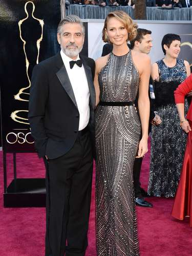 El actor y productor George Clooney de la mano de su novia Stacy Keibler