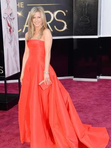 Impresionante de rojo Valentino, Jennifer Aniston, presentadora de un premio en la gala, desfiló por la alfombra roja.