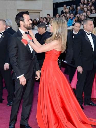 Jennifer Aniston, que llevaba años sin asistir a los Oscarse estrenó en rojo y Justin Theroux posaba orgulloso al lado de su prometida.