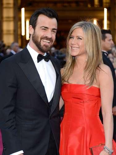 Este año la cuota romántica sobre la alfombra roja vino por cuenta de Jennifer Aniston y Justin Theroux quienes no paraban de saludar y sonreír.
