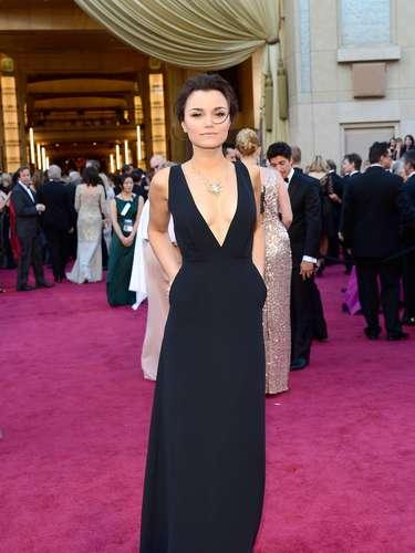 Mejor Vestidas. Espléndida fue la elección de Samantha Barks para esta noche de Oscares, enfundada en un sensual diseño que se robó todas las miradas, un sencillo traje negro, con bolsillos a los costados y un profundo escote frontal muy sensual y favorecedor para su figura.