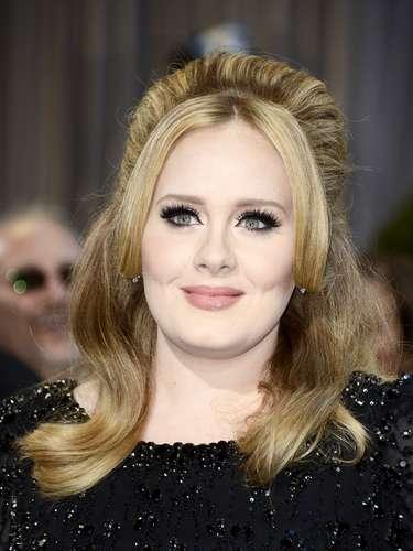 Adele lució su cabellera semi-recogida también como de costumbre.