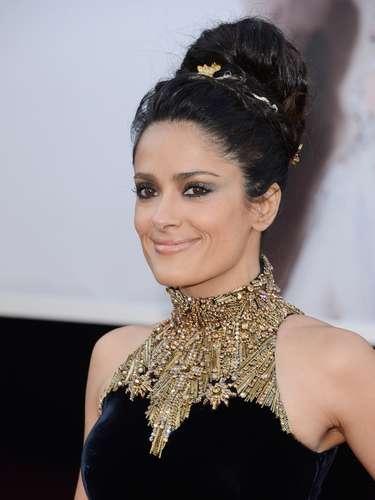 Salma prefirió un peinado bien elaborado, tal vez demasiado alto con el que definitivamente ganó altura.