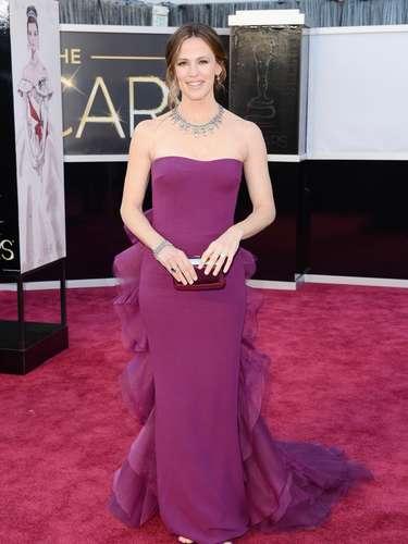 Jennifer Garner eligió un vestido violeta de Gucci para acompañar a Ben en su gran noche.