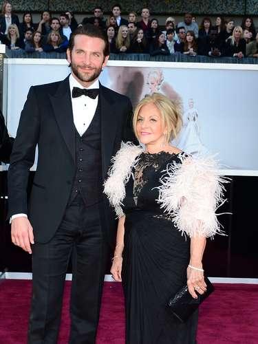 Bradley Cooper estaba muy bien acompañado, por su mamá.