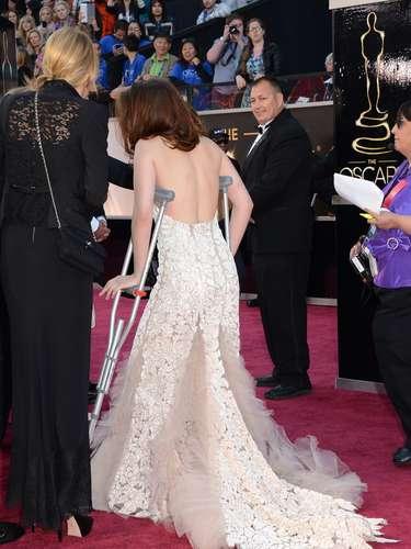 Kristen Stewart tuvo que llegar a la ceremonia con un buen par de muletas.