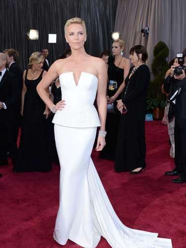 Mejor vestidos. Una excelente elección fue la de la célebre Charlize Theron, quien le apostó a este traje blanco, un strapless de corte en v muy sensual, de Dior Haute Couture, con el cual no solo le hizo honor a su belleza, sino a su figura.