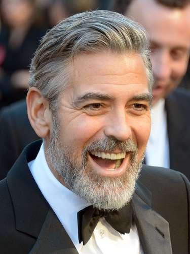 George Clooney nos deja ver su gran sonrisa.