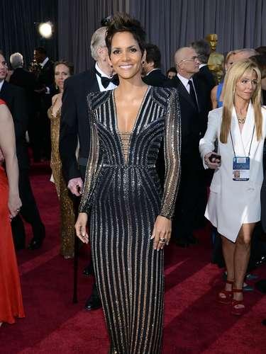 Halle Berry fue una de las más acertadas de la noche, con su traje Versace de líneas verticales.
