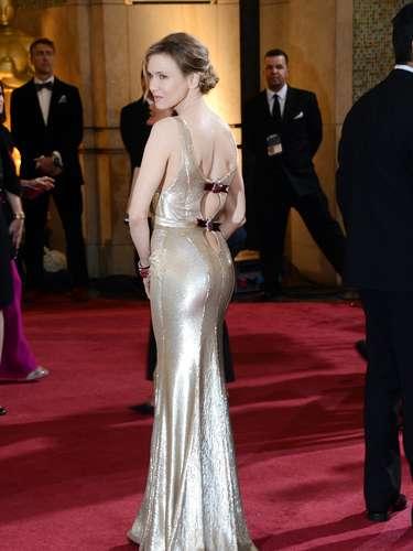 Renée Zellweger muy delgada y sexy en este trajecito dorado.