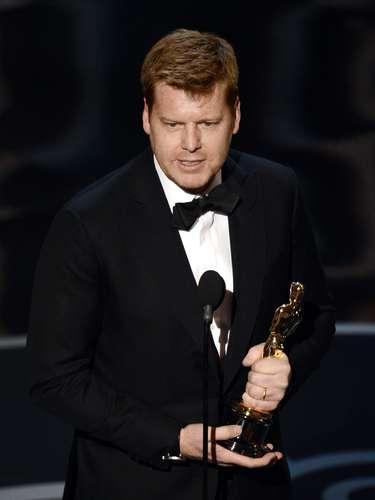 El director John Kahrs celebra haber ganado una estatuilla con 'Paperman' al Mejor Cortometraje Animado.
