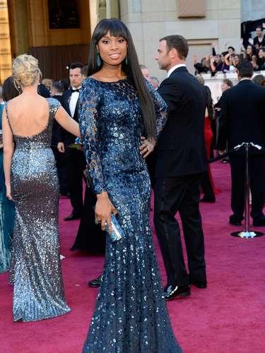 Otro de los colores de la noche fue el azul y Jennifer Hudson fue una de las chicas en vestirlo.