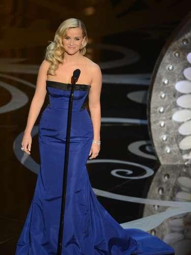 Peor Vestidas. Por su parte Reese Whitherspoon con este traje Louis Vuitton apostó y no ganó, el modelo azul no la hizo brillar, como es su estilo sobre la alfombra roja, y el aplique negro del traje le restó elegancia.