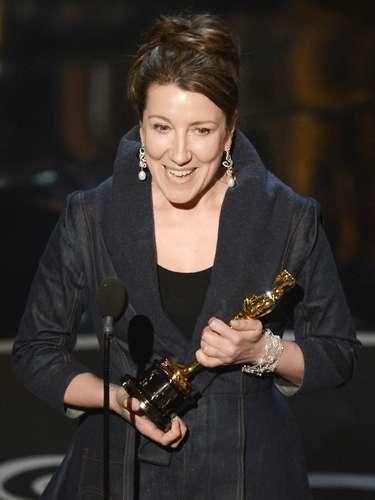 La diseñadora de vestuario Jacqueline Durran con una gram sonrisa acepta el premio al Mejor Diseño de Vestuario por 'Anna Karenina'.