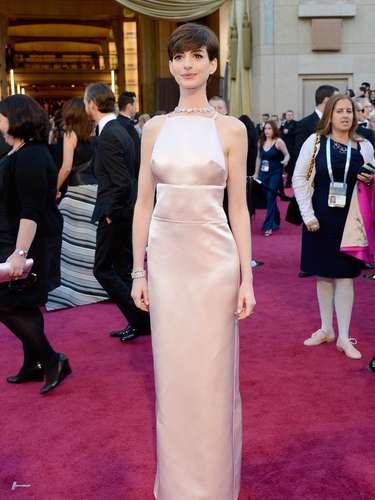 Expertos en moda aseguraron sentirse decepcionados con la elección de Anne Hathaway por ser demasiado sencilla.