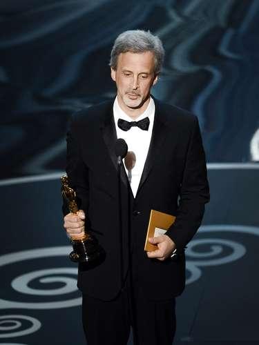 El editor William Goldenberg acepta el premio a la Mejor Edición de Película 'Argo'.
