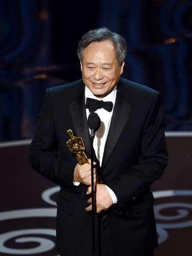 El director Ang Lee acepta el premio al Mejor Director por 'Life of Pi'.