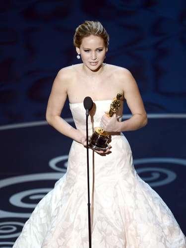 La actriz Jennifer Lawrence acepta el premio a la mejor actriz por su papel en \