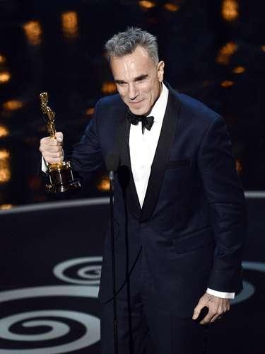 El actor Daniel Day-Lewis acepta el premio al Mejor Actor por 'Lincoln'.Al aceptar su Oscar dijo que su esposa ha tenido que lidiar con muchos 'hombres' (o sea, sus personajes) y  cuando un periodista le preguntó cual de esos hombres fue el mas problemático, Daniel contestó: \