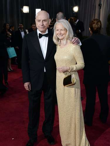 El actor Alan Arkinfue a los Oscar 2013 acompañado de su esposaSuzanne Newlander.