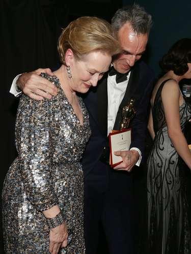 Detrás del escenario Meryl Streep celebra el Premio Oscar a mejor actor de Daniel Day Lewis, por Lincoln, en un tono muy amigable y risueño.